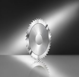 Circular saw blade for slotting on electrical commutators